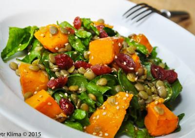 Dýňový salát s čerstvým špenátem, dušenou čočkou a brusinkami
