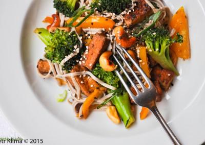 Pohankové nudle s tofu, brokolicí a sezamem