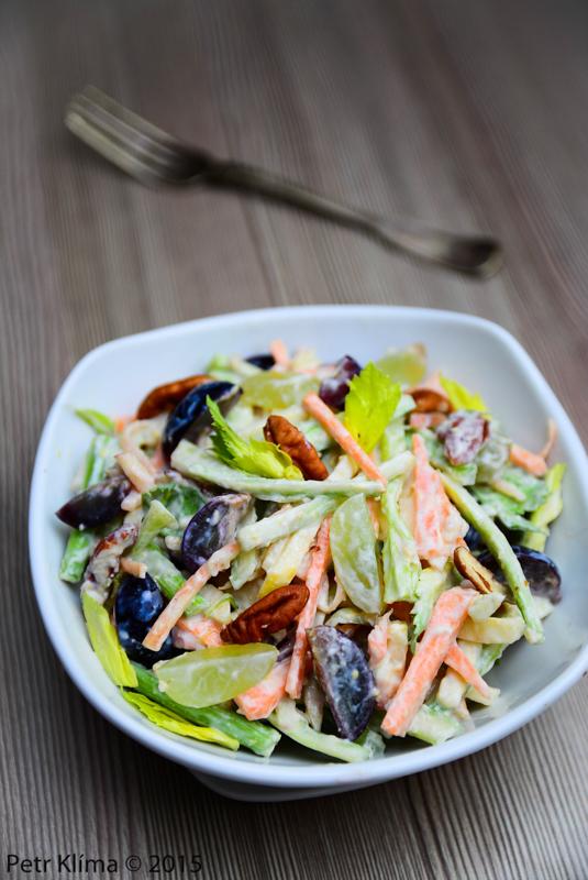 Salát z řapíkatého celeru s hroznovým vínem a pekanovými ořechy