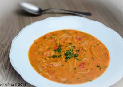 Cibulovo-rajčatová polévka s křenem