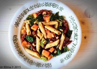 Těstoviny s dýní, kapustou a sušenými rajčátky