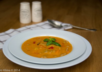 Polévka z pečených paprik s žitnými fleky