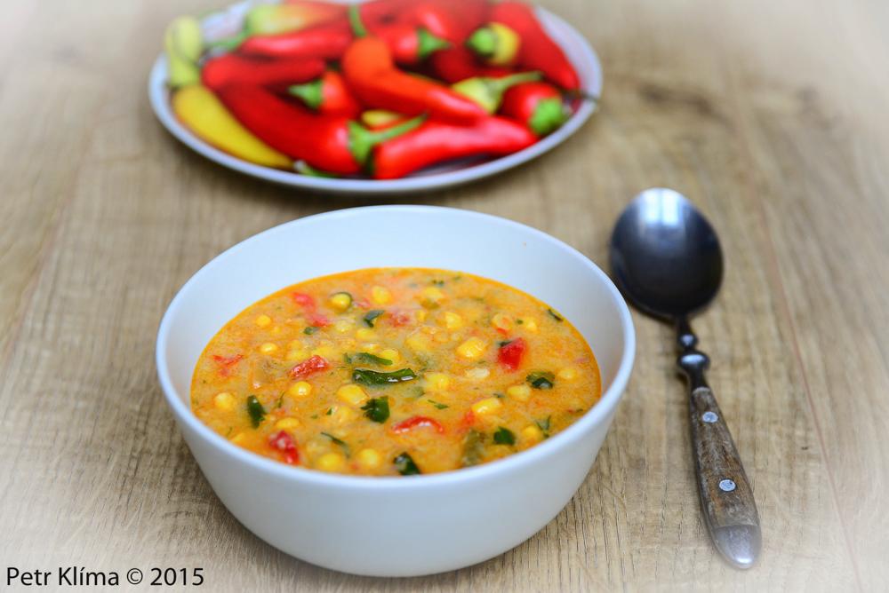 Pikantní kukuřičná polévka s paprikami a čerstvým koriandrem