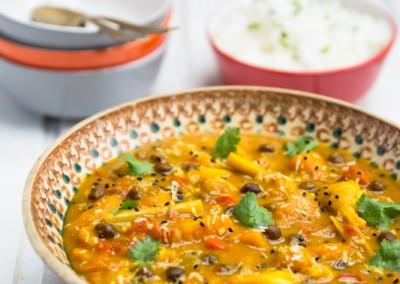 Jemné kokosové curry  s dýní, květákem a cizrnou