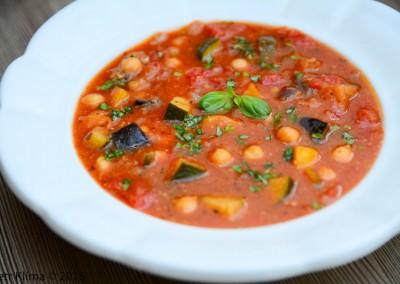 Cizrnovo-rajčatová polévka  s čerstvou bazalkou