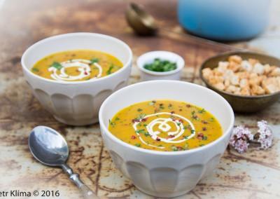 Polévka z pečené mrkve  s čerstvým koriandrem