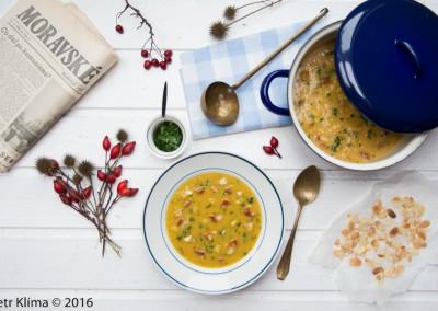 Karí petrželová polévka  se sušenými rajčátky, hruškou  a  mandličkami