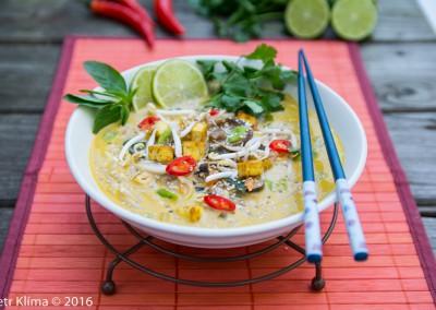 Miso polévka s rýžovými nudlemi,  mořskou řasou a houbami shitake