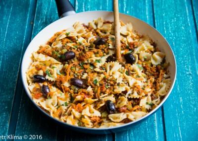 Těstoviny s čočkou a olivami