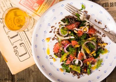 Jarní salát z fenyklu, špenátu a černé quinoi s grapefriutem