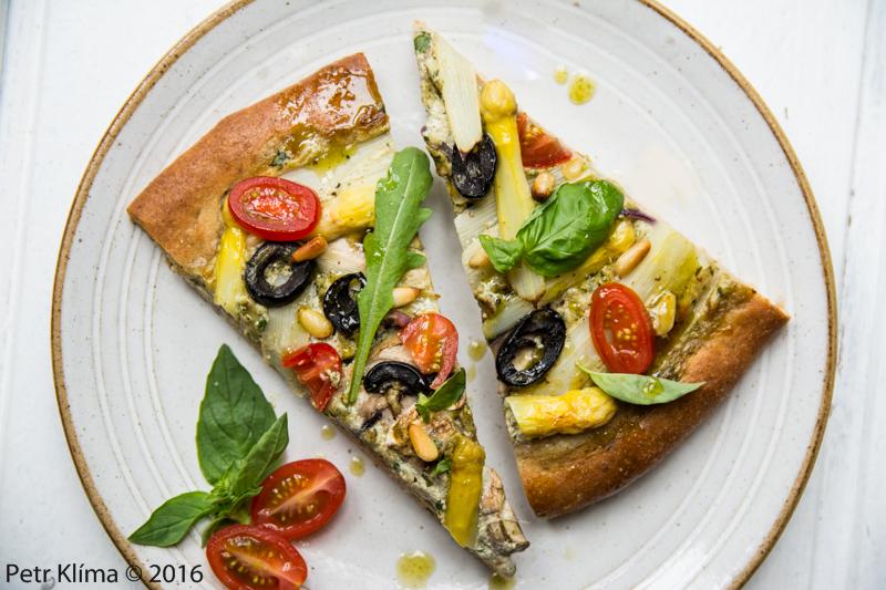 Slaný koláč s chřestem a černými olivami