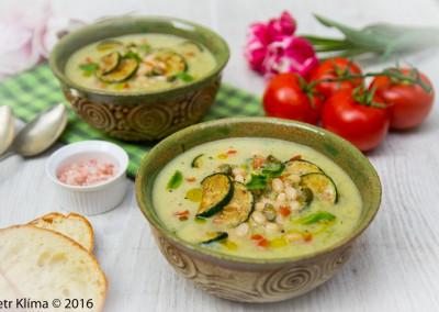 Cuketová polévka s fazolí a mátou