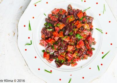 Salát z pečené kořenové zeleniny s uzeným tempehem a hořčicí