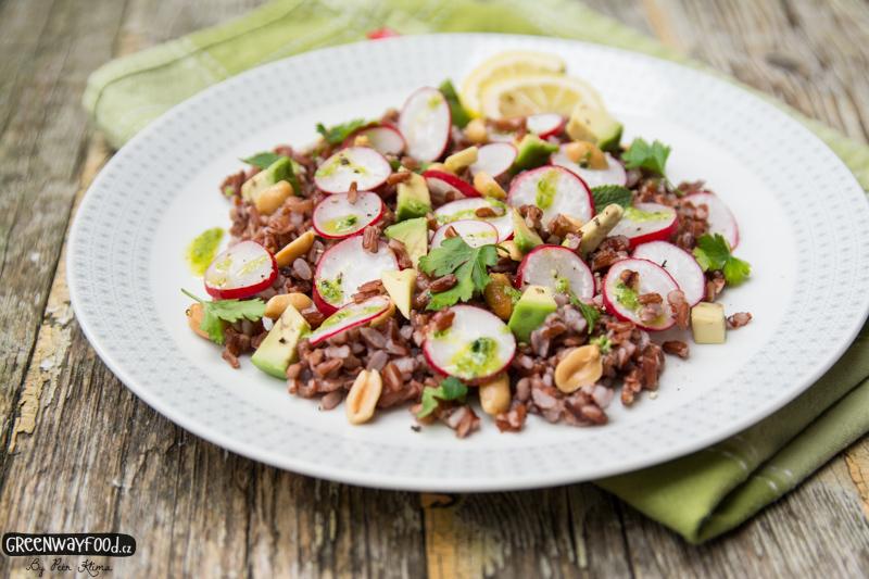 Jarní rýžový salát s ředkvičkami a arašídy
