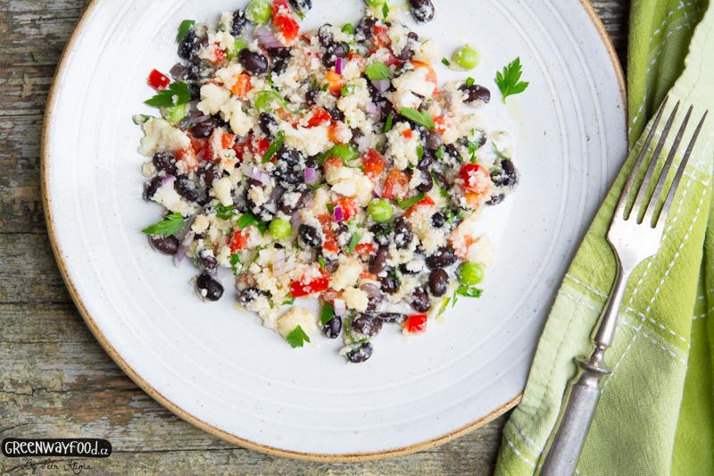 Bezkuskusový salát  z květáku s černými fazolemi