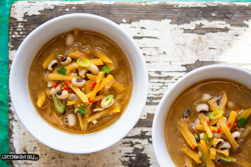 Miso polévka s tuřínem a černookou fazolí