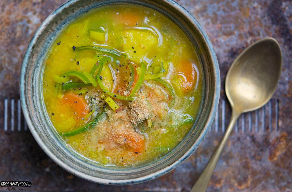 Zlatá drožďová polévka s pórkem