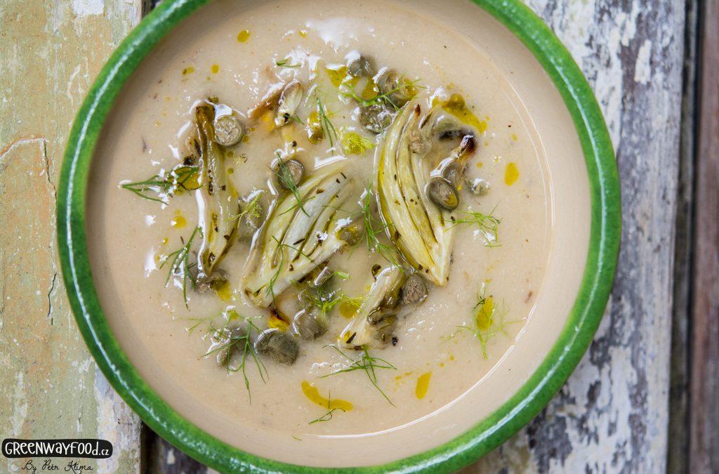Polévka z býlích fazolí a pečeného fenyklu s kapary