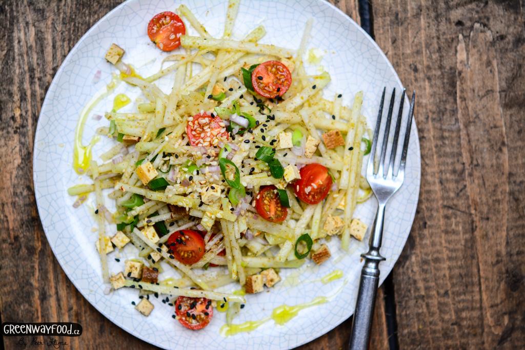 Za´atar kedlubnový salát s uzeným tofu