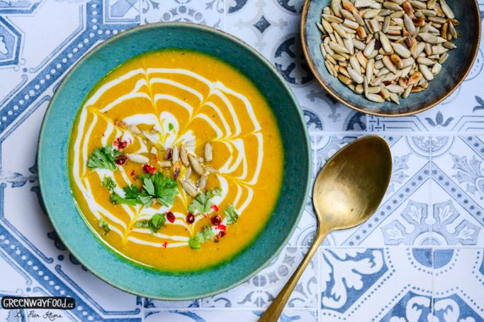 Karí dýňová polévka  s červenou čočkou a arašídy