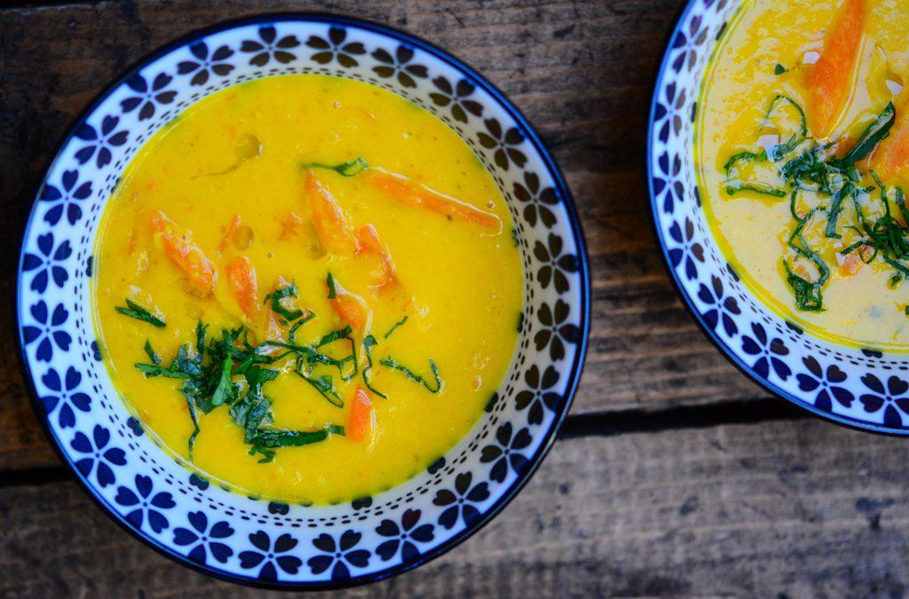 Mrkvovo-pomerančová polévka s červenou čočkou