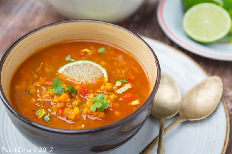 Indická rajčatová polévka s červenou čočkou