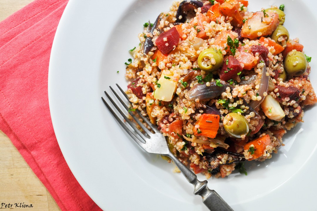 Quinoa s pečenou kořenovou zeleninou a olivami