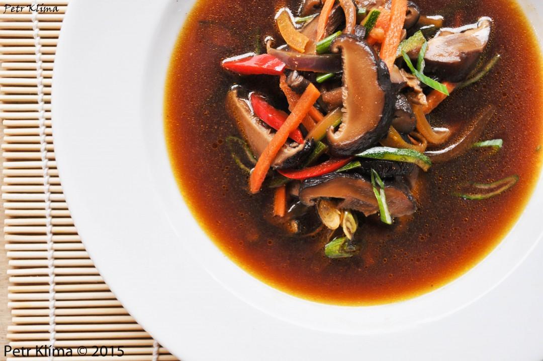 Shoyu vývar se zeleninou a houbami shiitake