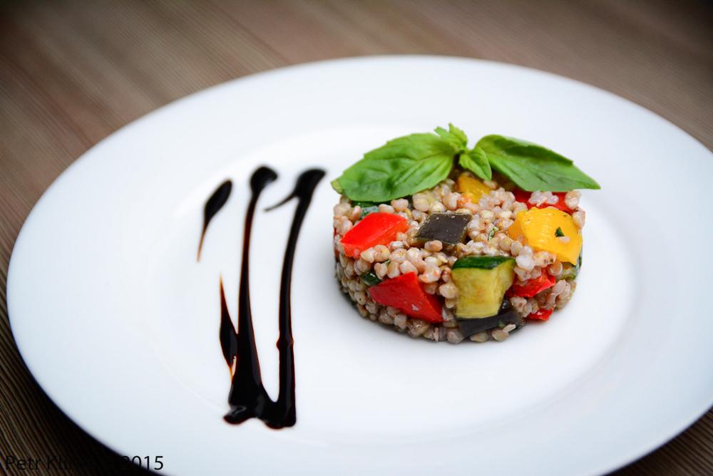 Pohankový salát  s pečenou zeleninou a bazalkou