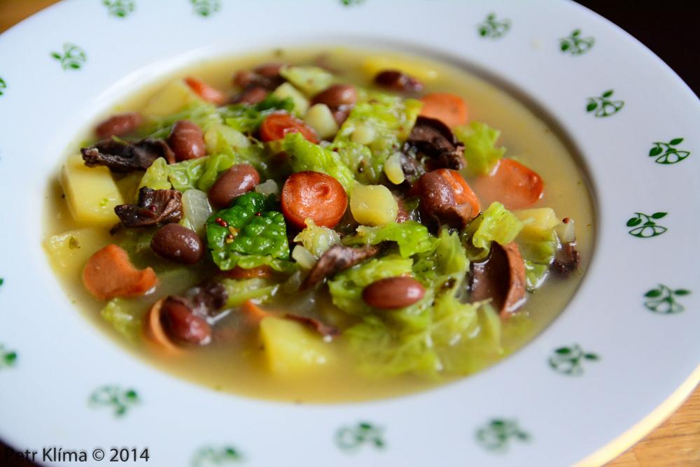Kapustová polévka se sójovým párkem, houbami a fazolí