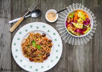 Špagety s tofu, olivami a vlašskými ořechy