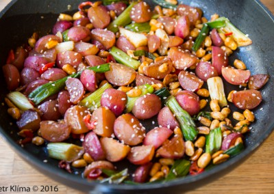 Restované asijské ředkvičky s arašídy a sezamem