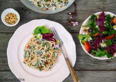 Smetanové špagety s kopřivami a ořechy