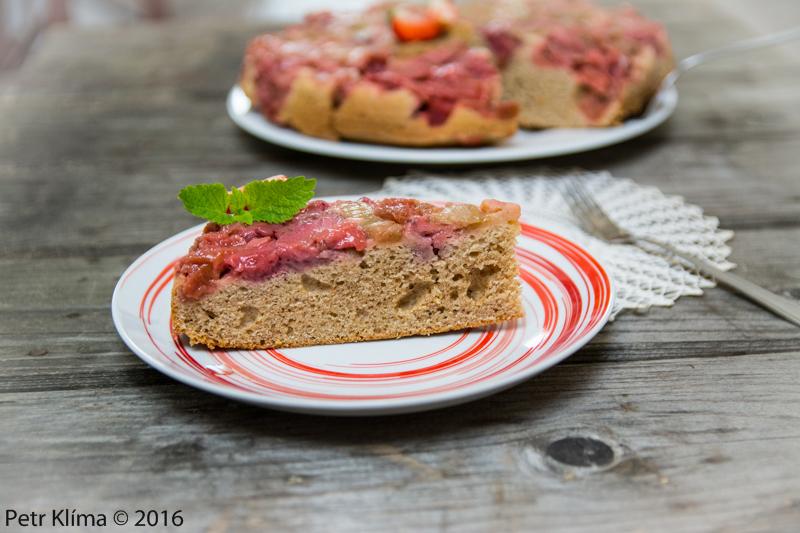 Obrácený celozrnný koláč s rebarborou a jahodami