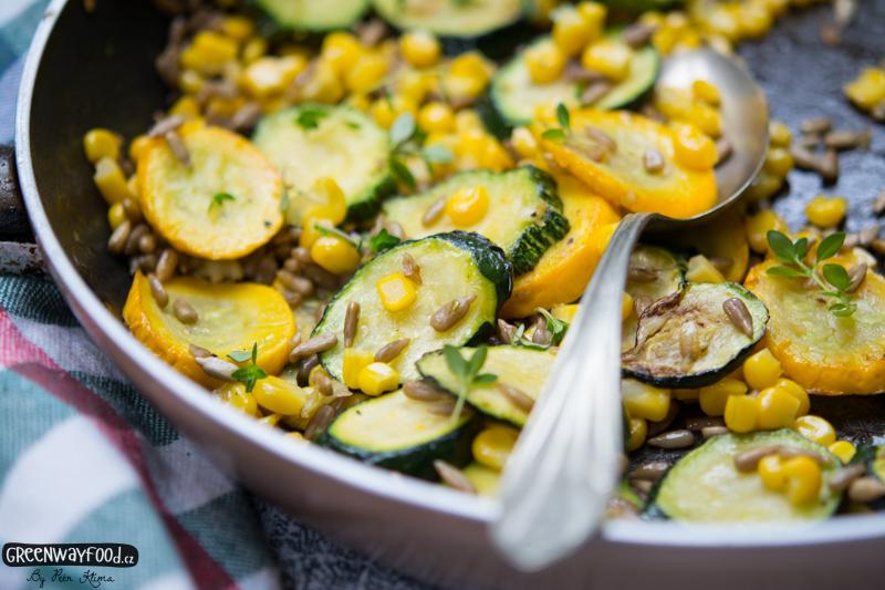 Teplý CUKETOVÝ salát s kukuřicí a slunečnicí