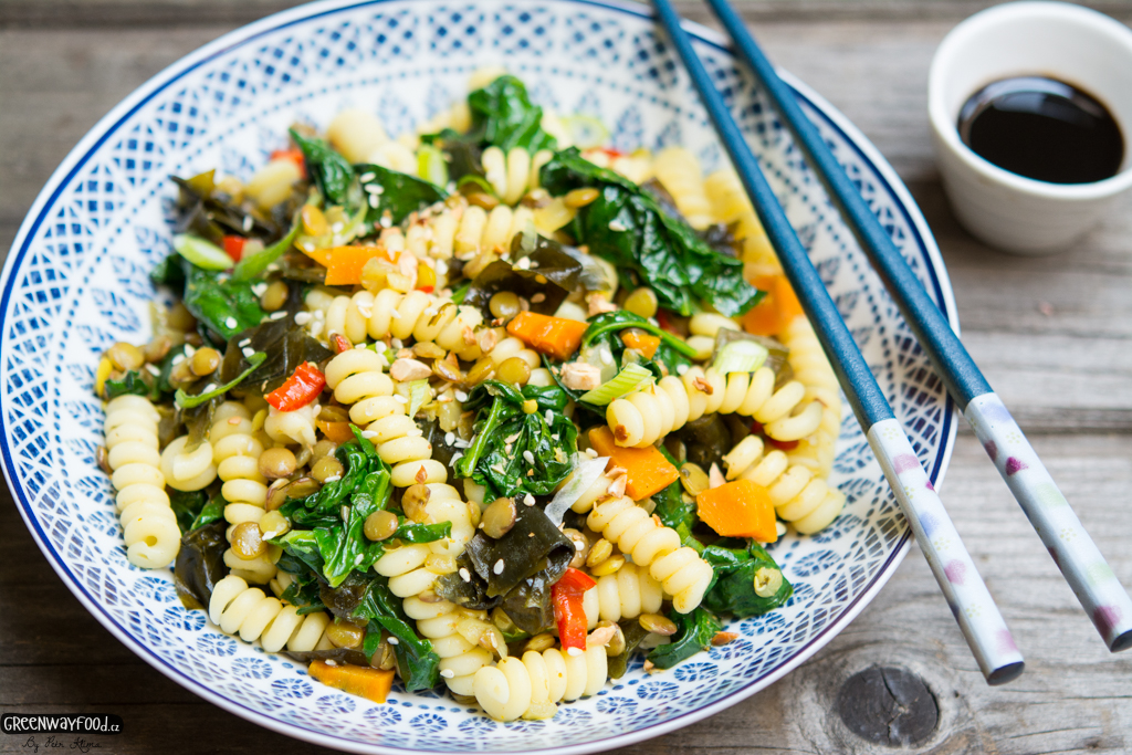 Těstoviny s čočkou, zeleninou a mořskou řasou