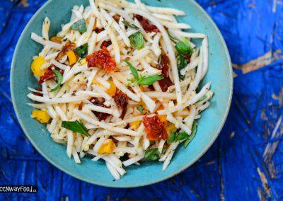 Petrželový salát se sušenými rajčátky a bazalkou