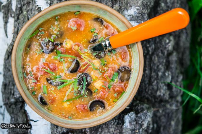 Cizrnová polévka s estragonem, rajčaty a olivami