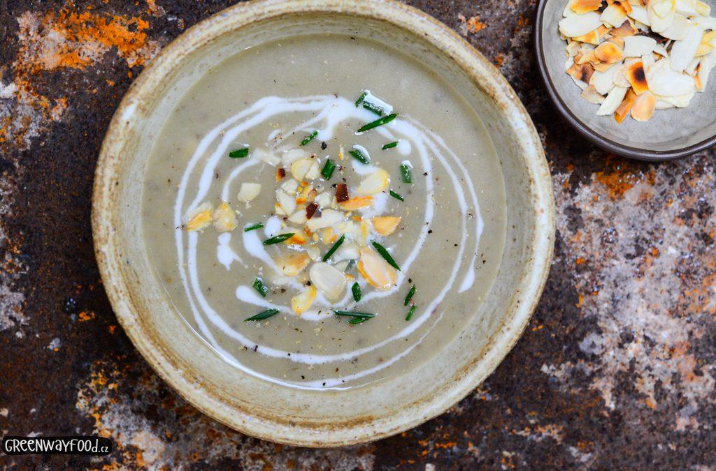 Polévka z topinamburů a červené čočky s mandličkami a pažitkou