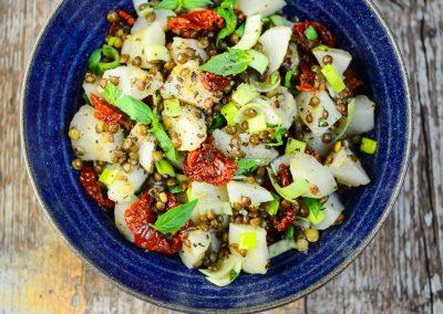 Salát z topinamburů se zelenou čočkou a sušenými rajčaty