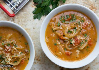 Cibulovo-rajčatová polévka skřenem