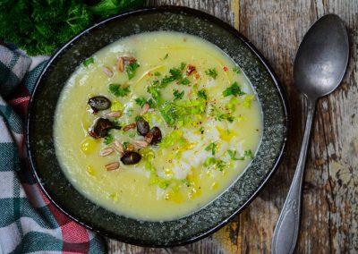 Polévka zpečeného celeru a česneku s rýží