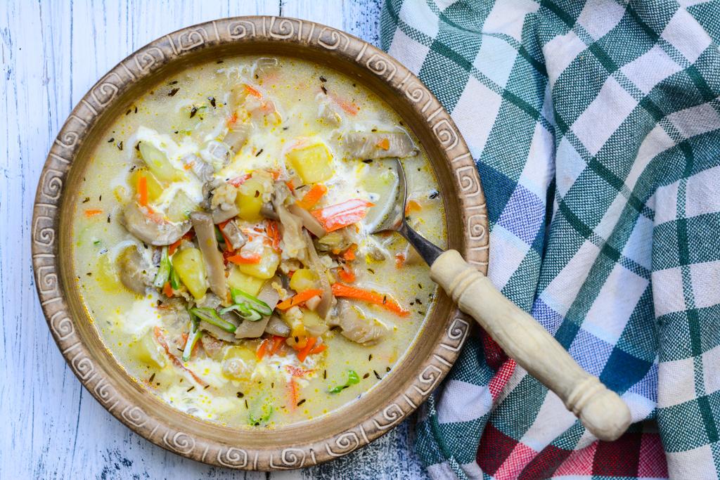 Smetanová hlívová polévka s tymiánem a lahůdkovým droždím