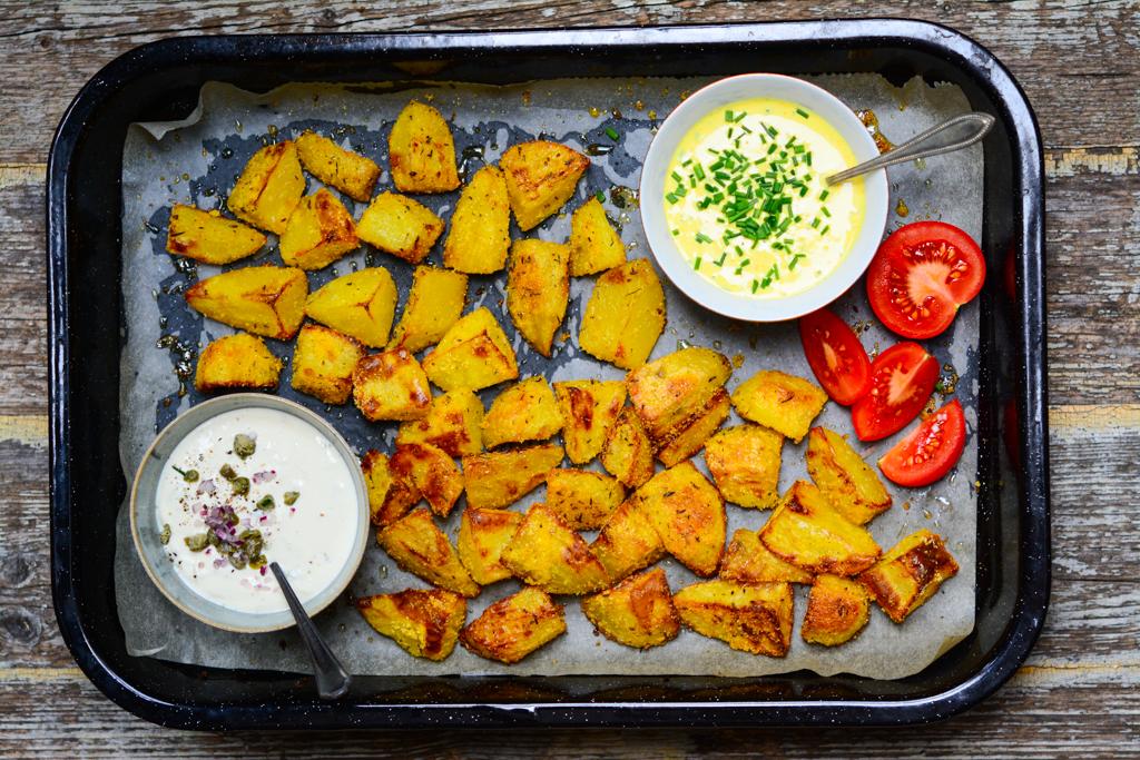 Křupavé polentové brambory s veganskými dresinky