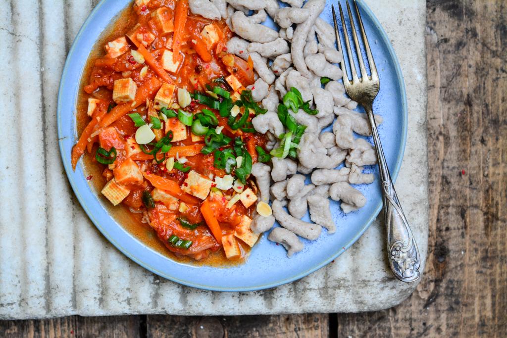 Tofu s mrkví na růžovém pepři  s pohankovými nočky