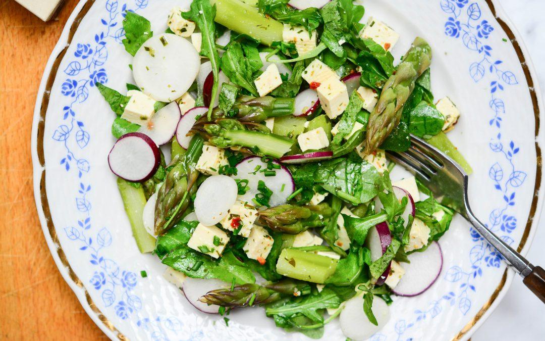 Jarní salát s chřestem a tofu