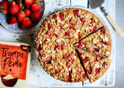 Drobenkový koláč s jahodami a rebarborou